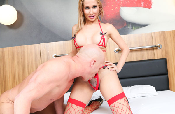 Slender Blonde Shyrley Soares Is A Seductive Latin Transsexual